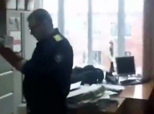 Неадекват відкрив вогонь в залі суду: пристав загинув, безневинна дівчина в реанімації, перші кадри