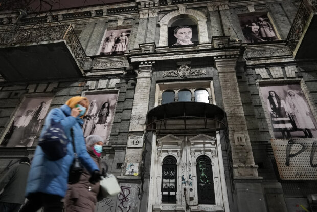 В окнах Каменицы с драконами спит целый мир: в Киеве фасад заброшенного здания превратили в галерею