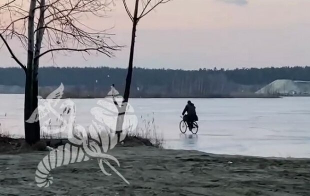 "Харьковчанин ""укротил"" тонкий лед на велосипеде: ""Боги зовут?"""