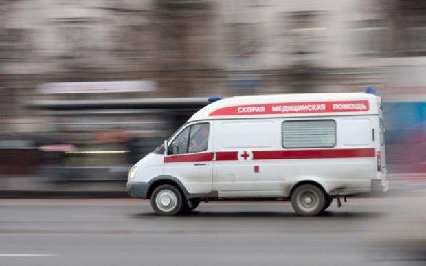 Мужчина выжил после падения с 12 этажа: врачи борются за жизнь