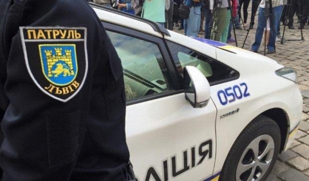 Злочинці вкрали авто, викинувши з нього жінку й дитину