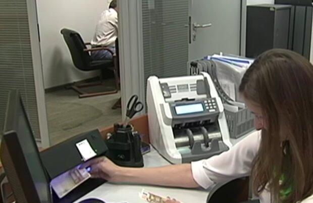 Пункт обмена валют, кадр из видео