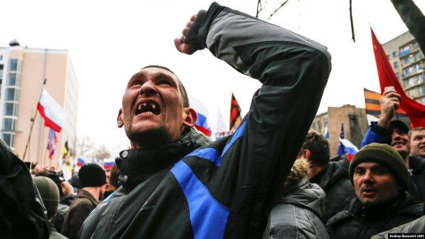 """Боевики """"ДНР"""" так отпраздновали 5-летие беспредела, что повесили ребенка на билборд — ужас продолжается"""