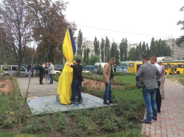 Вселился дух Путина? В Киеве вандалы надругались над памятником воинам АТО