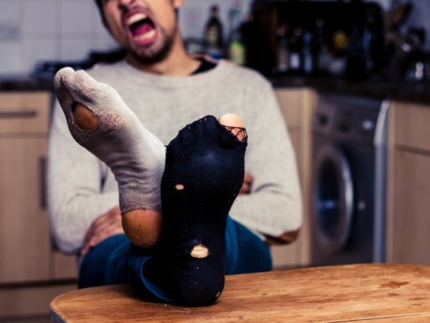 Злодій-невдаха вирішив роззутися перед крадіжкою і поплатився за це: ноги треба мити