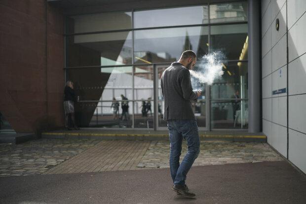Муж курит, фото: Getty Images