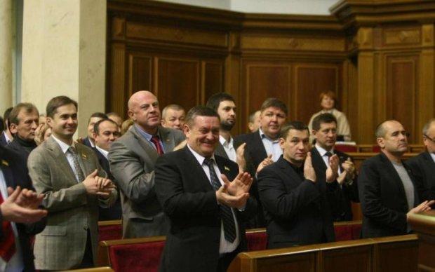 Відмудохали під музичку: бійка депутатів потрапила на відео