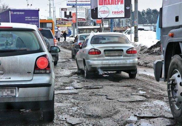 """Разом зі снігом в Україні """"розтанув"""" асфальт"""