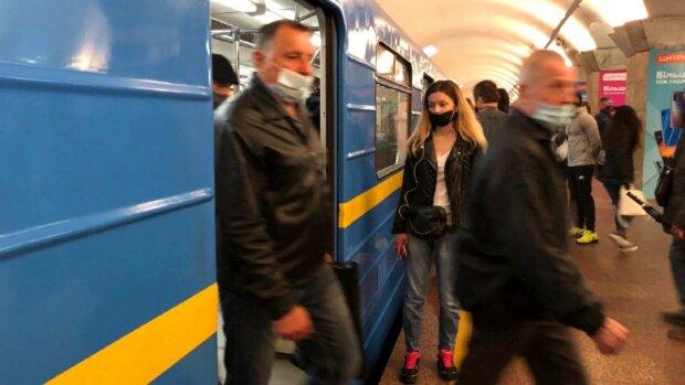 """У київському метро зупинився рух: """"Потрапив під колеса"""""""
