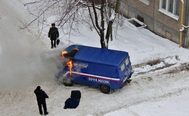 """Водій """"Пошти Росії"""" вирішив відтягнутися і влаштував скажений екстрим: відео"""