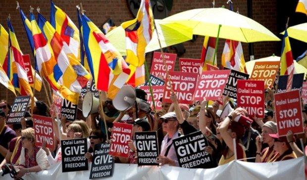 Сотни буддистов протестовали против поездки Далай-ламы в Англию