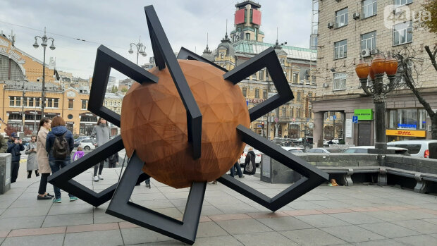 Тоталитарное прошлое заменили на свободное будущее: в Киеве установили новую скульптуру, фото