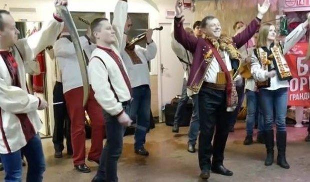 Народный оркестр удивил игрой на косах в метро (видео)