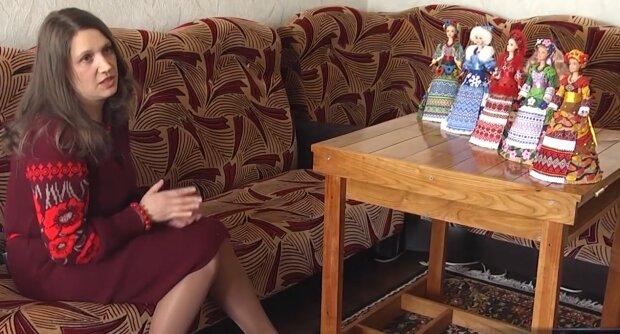 Прикарпатка одевает американских кукол в украинскую одежду, скриншот с видео