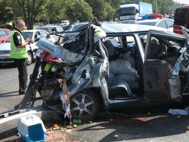 У Києві авто налетіло на п'яних пішоходів: машина в мотлох, дорога залита кров'ю