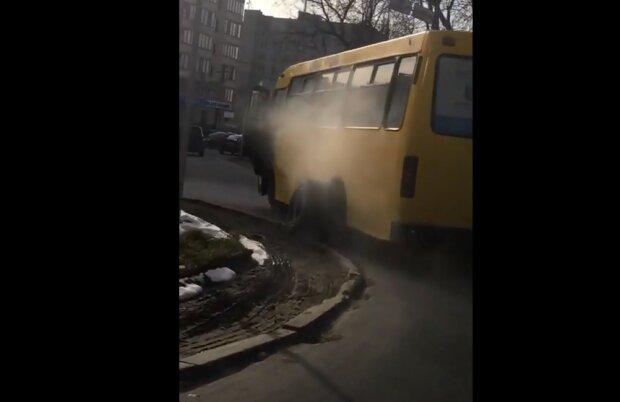 В Тернополе маршрутка с пассажирами разулась на ходу: минус два колеса, плюс седина