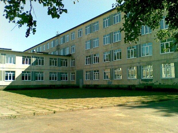 На школи Харківщини різко повісили замки, батьки б'ють на сполох: що сталося