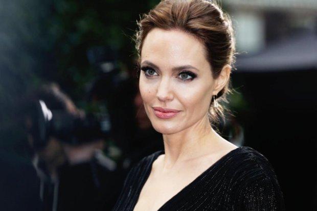 Без белья! Анджелина Джоли заставила прохожих оборачиваться