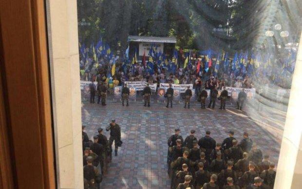 Под Радой неспокойно: полиция ставит посты, военные занимают позиции