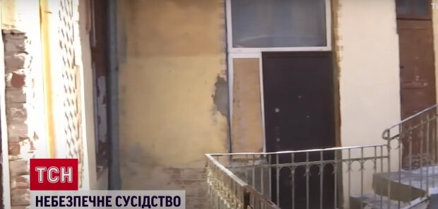 Львів'янин розпалює багаття в обмерзлій квартирі: замість газу