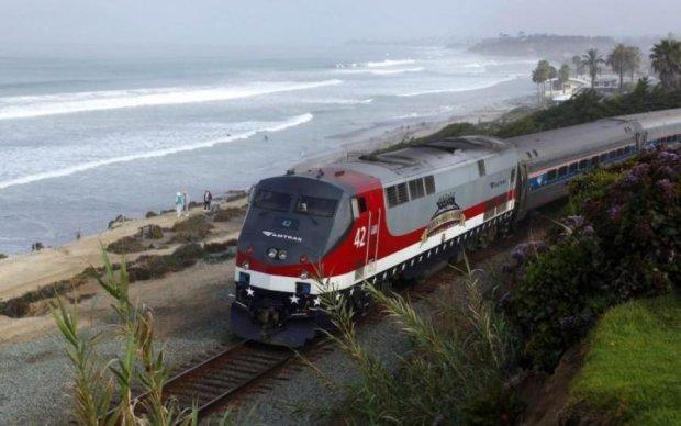 Масові жертви: поїзд зійшов з рейок прямо на людей