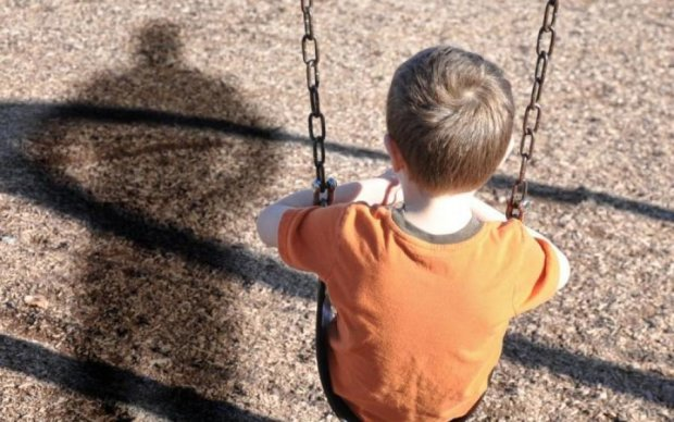 Закрив рот і потягнув: збоченець викрав дитину на очах у батька