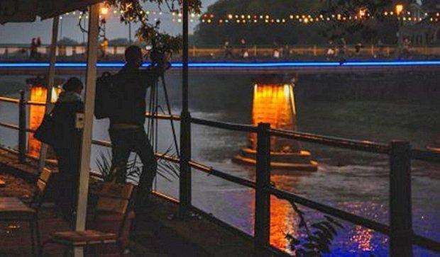 Известный ужгородский мост подсветили патриотическими огнями (фото, видео)