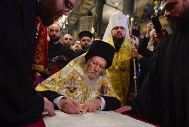 Томос повернуть назад у Стамбул: не вистачає підписів, пораділи – і досить