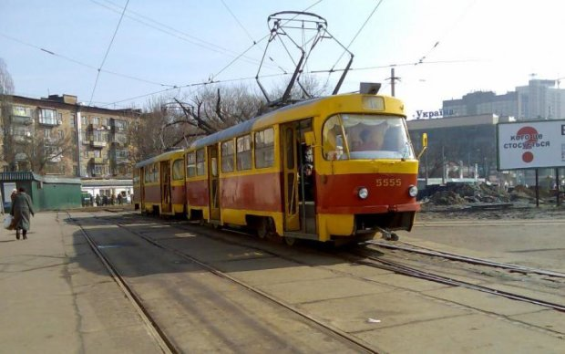 В Киеве трамвай слетел с рельс: фото