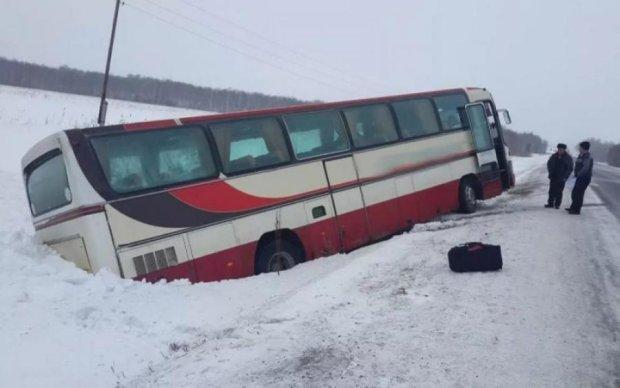 Переповнений автобус злетів у кювет, багато постраждалих