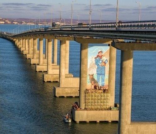 На Кримському мосту з'явилась дивна прикраса: сміється весь інтернет