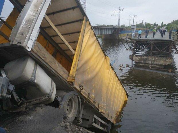 На Днепропетровщине мост обрушился вместе фурой, фото: 056.ua