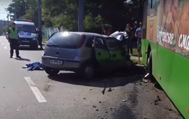 У Харкові тролейбус застиг посеред вулиці після вибуху – пасажири вискакували на ходу