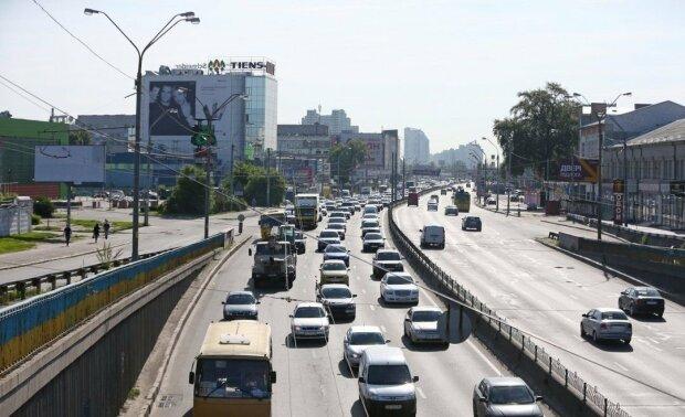 Центр Києва перекрили, водіям буде несолодко: куди краще не потикатися