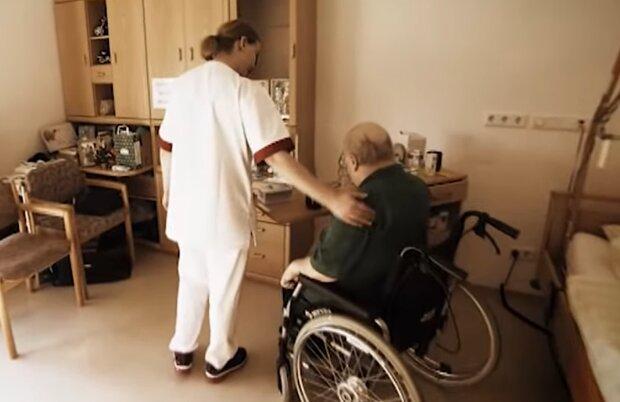 Уход за пожилыми людьми, скриншот: YouTube