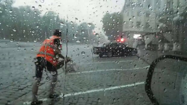 Стіна дощу і шквальний вітер - стихія підмочить репутацію у Львові 25 лютого