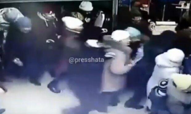 Толпа ворвалась в магазин, скриншот из видео