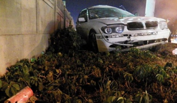 ДТП у Києві: люксовий BMW втрапив у стовп