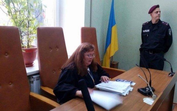 Суд принял к производству иски Медведчука против Лещенко