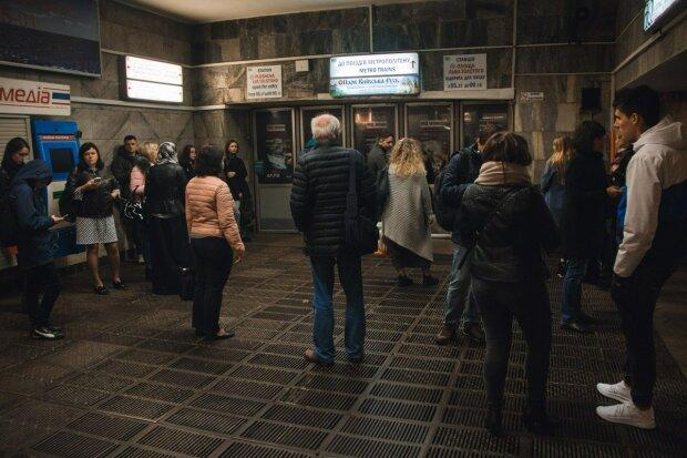 У Києві замінували метро: людей терміново евакуювали, перші подробиці