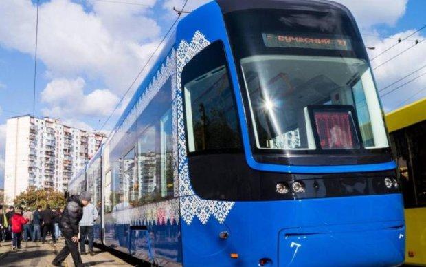 Швидкісний трамвай зіскочив з рейок у центрі Києва: лінія паралізована