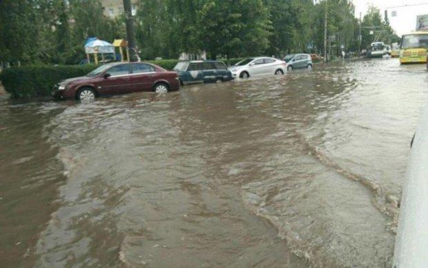 Непогода добралась до Одессы, люди в панике: фото