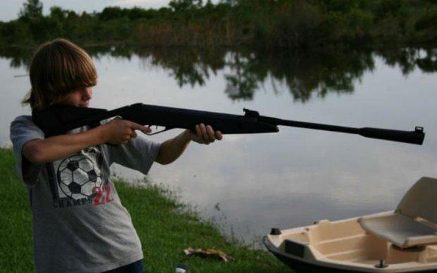 Промахнувся: на Вінниччині школяр ледь не застрелив друга