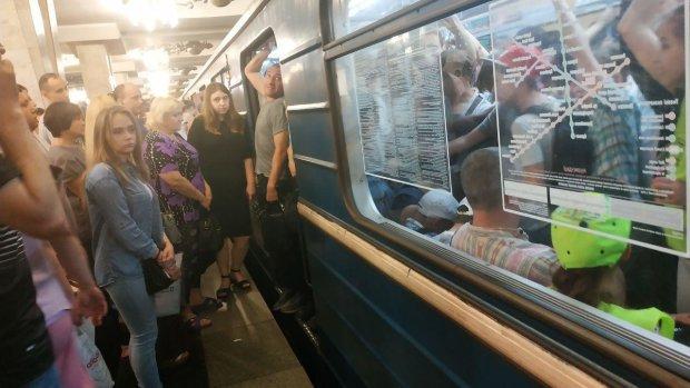 """У метро Харкова НП: """"Тиснява, люди лізуть через голови"""""""