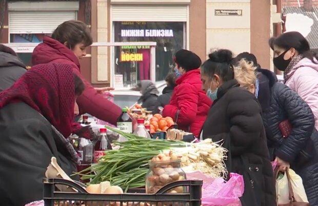 На рынке, кадр из видео