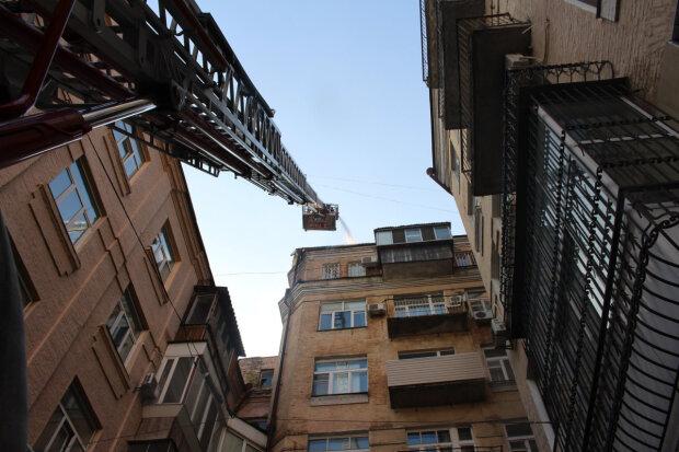 У Києві підлітків зняли з даху, фото: Інформатор