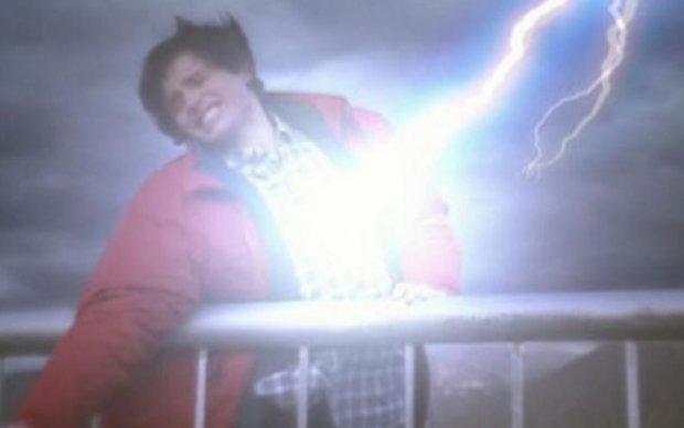 Телеведущего ударила молния во время прямого эфира: видео