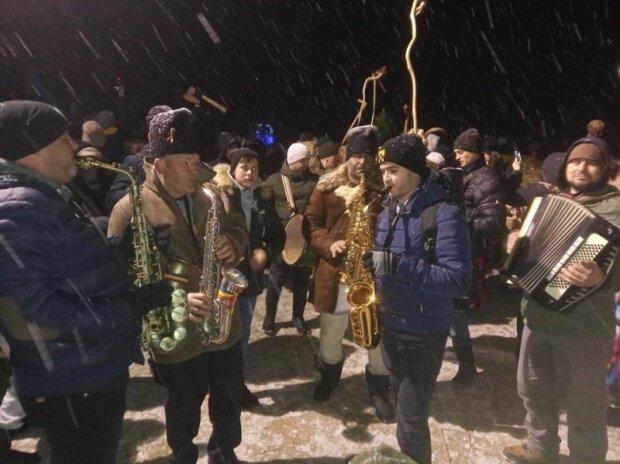 На Буковину завітала легендарна Маланка: кози та козаки з саксофонами заполонили вулиці