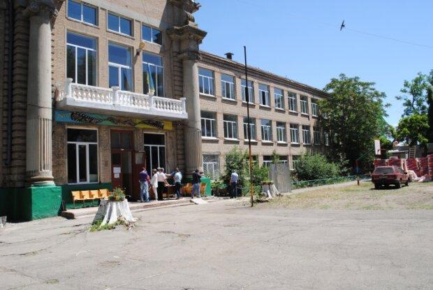 """""""Портал в смерть"""": в Мелитополе детей подстерегает опасность возле школы, родители устали оббивать пороги"""