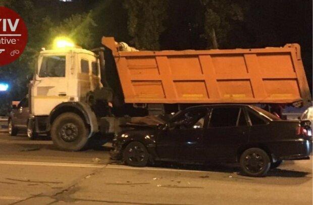 В Киеве пьяный горе-водитель протаранил грузовик коммунальщиков и дал деру - только пятки засверкали